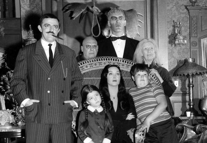 Ken Weatherwax (d-abajo) se hizo famoso por interpretar al pequeño Pericles en el programa 'Los Locos Addams'. (huffingtonpost.com/Foto de archivo)