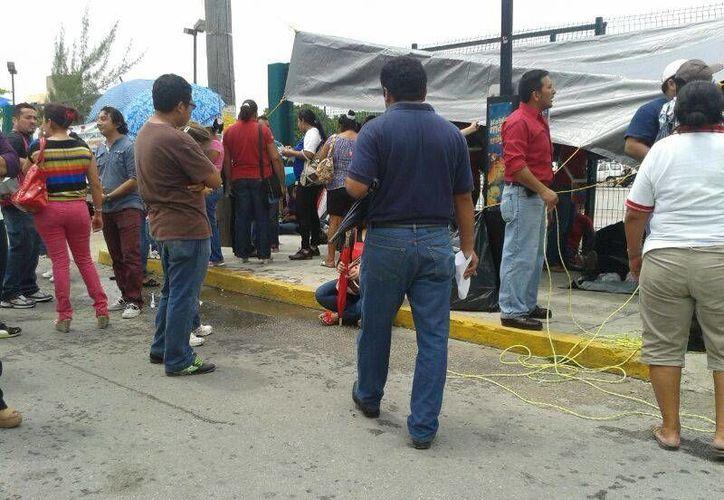 Profesores de nivel básico de la zona norte, se mantienen en protesta afuera de la SEQ. (Jazmín Ramos/SIPSE)