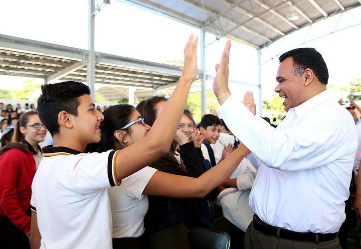 El gobernador Rolando Zapata Bello saluda a estudiantes de la secundaria Adolfo Cisneros Cámara. (SIPSE)