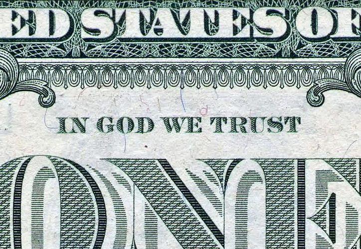 """Los billetes de un dólar llevan inscrita la frase """"En Dios Confiamos"""". (pennpoliticalreview.org)"""