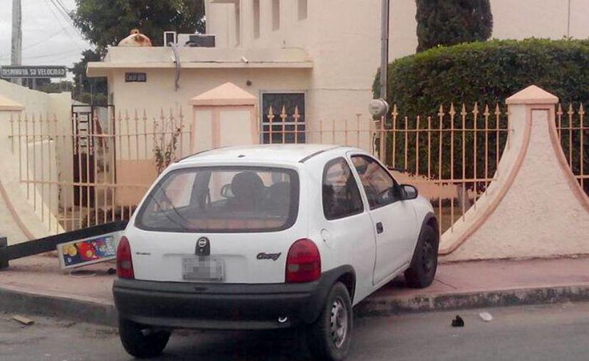 La conductora del Chevy se subió a la banqueta tras evitar un impacto con un vehículo que se pasó el alto. (Milenio Novedades)