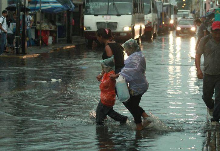 La lluvia dejó encharcadas varias calles del centro de Mérida. (Jorge Acosta/ Milenio Novedades)