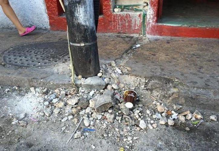 En la calle donde se reparó la fuga quedó escombro regado. (Óscar Pérez/SIPSE)