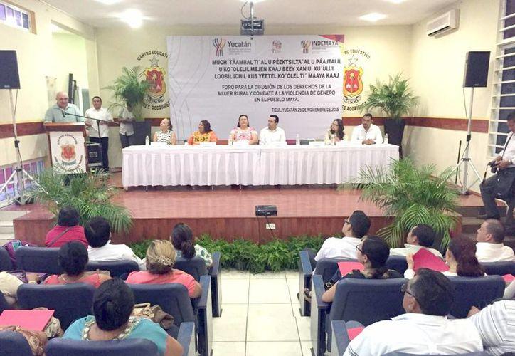 """Más de 200 personas participaron en el foro """"Difusión de los derechos de la mujer rural y combate a la violencia de género en el pueblo maya"""". (Milenio Novedades)"""