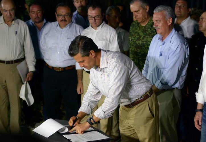 El presidente Enrique Peña Nieto viajó a Baja California Sur para firmar un decreto con el que se ponen en marcha medidas fiscales para incentivar la reactivación de la economía de la entidad tras el paso del huracán Odile. (Foto de archivo: Notimex)