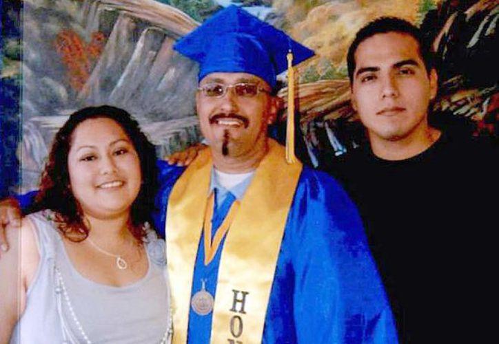 Luis Vargas (c), con su hija Crystal Vargas y su hijo Daniel Vargas en la ceremonia de graduación del colegio comunitario realizada al interior de la prisión estatal de California en Blythe, California. Vargas se encuentra a la espera de que un juez lo exonere de los casos de violación. (Agencias)