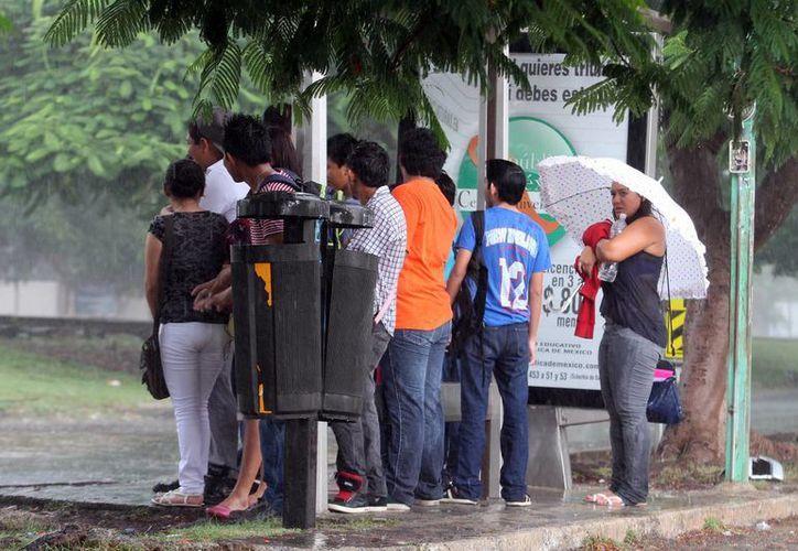 Aunque estaban pronosticado, la lluvia tomó por sorpresa a muchos en el norte de la ciudad. (Jorge Peña/SIPSE)