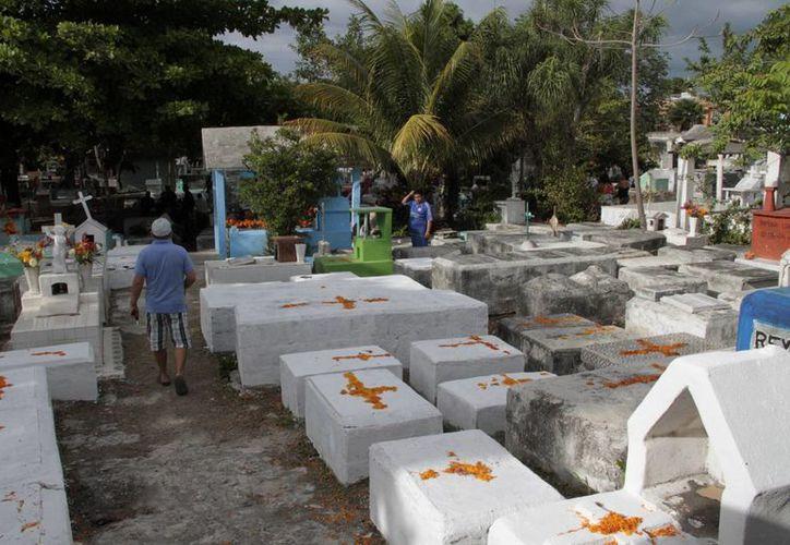 Los familiares trataron de mantener limpios los pasillos de los panteones. (Tomás Álvarez/SIPSE)
