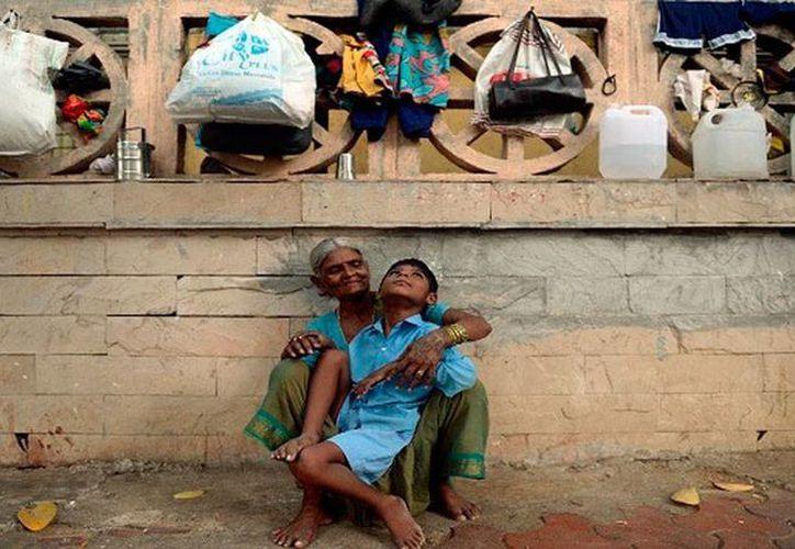 Sakhubai Kale, una 'sin techo' (indigente), de 66 años, y su nieto Lukhan, de 9 años, recibieron ayuda, tras publicarse la historia en los medios de India. (actualidad.rt.com)