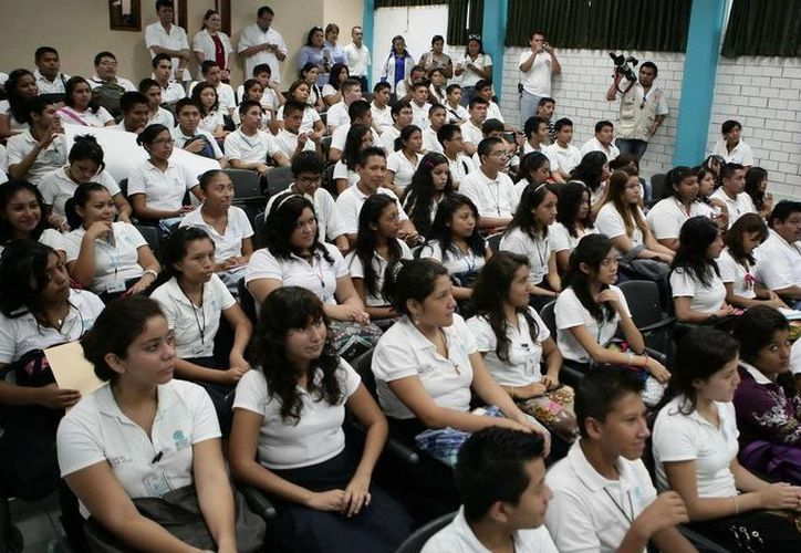 Los alumnos pueden consultar la guía de estudios en los sitios de las universidades. (Redacción/SIPSE)