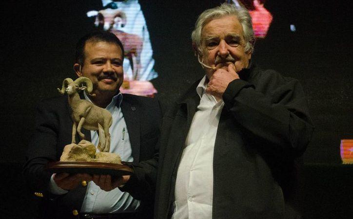 José Mujica participó en las actividades de aniversario de la UABC. Aquí aparece con el rector de esa casa de estudios, Juan Manuel Ocegueda Hernández. (gaceta.uabc.edu.mx)