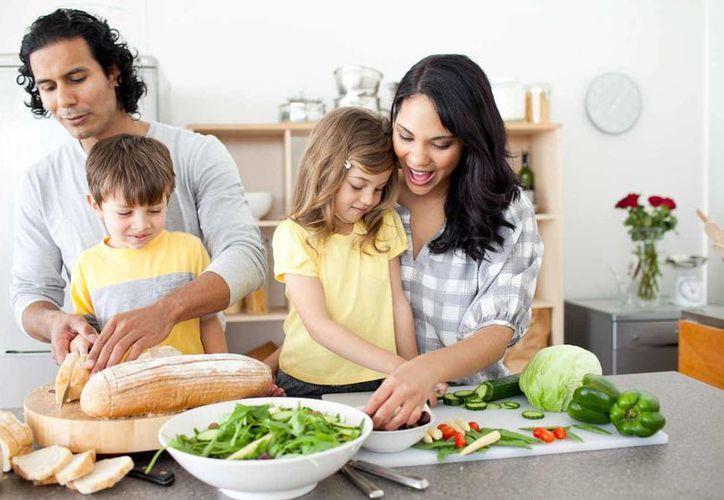 Es recomendable incluir a los niños en la preparación de los alimentos bajo la supervisión de los adultos. (Milenio Novedades)