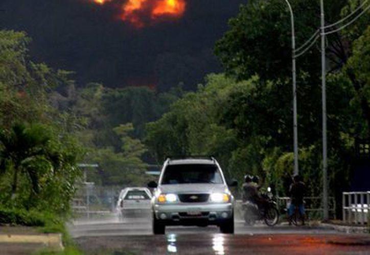 La explosión se produjo poco después de finalizada una competencia de judo. En la imagen, el incendio en una refinería venezolana ocasionado por un rayo, el domingo pasado. (Agencias)