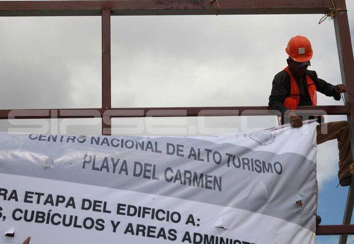 El Cenaltur, anunciado desde 2012, finalmente es edificado, pero en el área verde de un fraccionamiento. (Adrián Barreto/SIPSE)