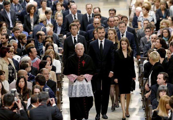 Los Príncipes de Asturias, Don Felipe y Doña Letizia, la infanta Elena, y el presidente del Gobierno, Mariano Rajoy, entre otras autoridades, a su llegada a la catedral de Santiago de Compostela. (EFE)