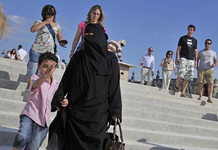 El UMP, partido conservador francés, pide  al gobierno autorizar de nuevo el uso del velo islámico dentro de las escuelas. (EFE)