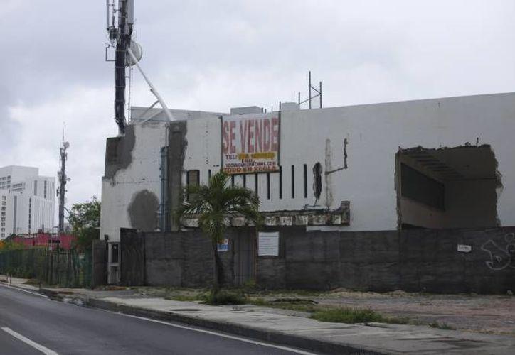 La zona hotelera cuenta con seis predios baldíos y 10 inmuebles abandonados de los que cuatro ya fueron atendidos. (Archivo/SIPSE)