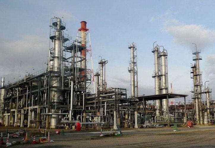 Según información de los bomberos, una unidad productora de aceite lubricante quedó dañada tras el incendio en las instalaciones japonesas.(Archivo/AP)