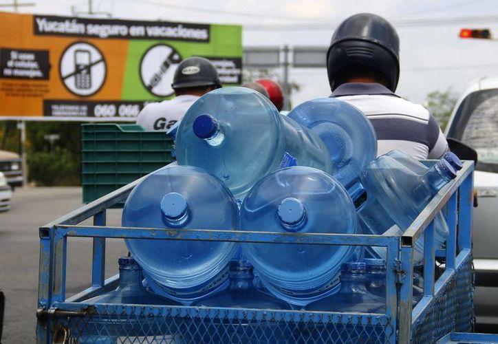 Una de las recomendaciones es tomar mucha agua para no deshidratarse. (Milenio Novedades)