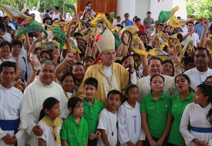 Durante la misa del Domingo de Pascua se notó la presencia de los jóvenes. (Luis Soto/SIPSE)