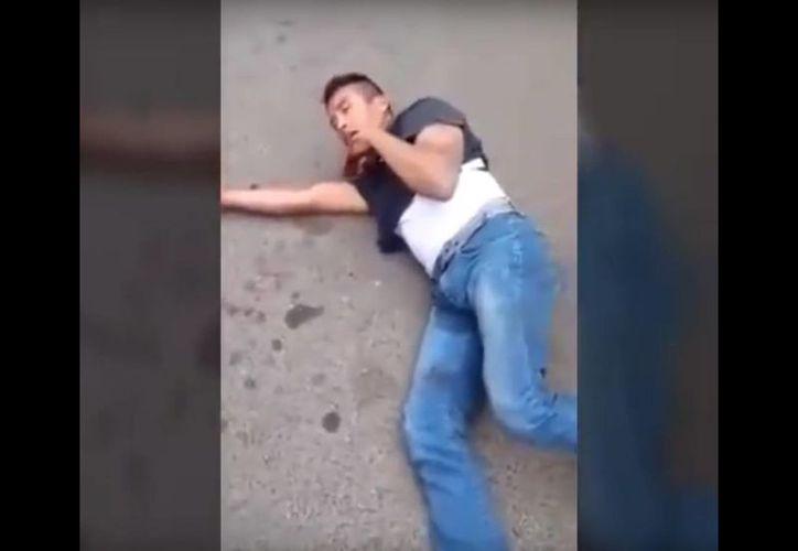 El asaltante aseguraba ser inocente y desconocer por qué lo agredieron. (Captura de pantalla/YouTube)