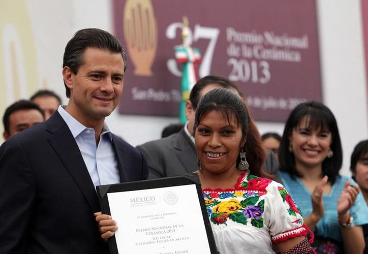 Peña señaló que cumplió el compromiso que hizo de entregar personalmente el premio nacional de cerámica. (presidencia.gob.mx)