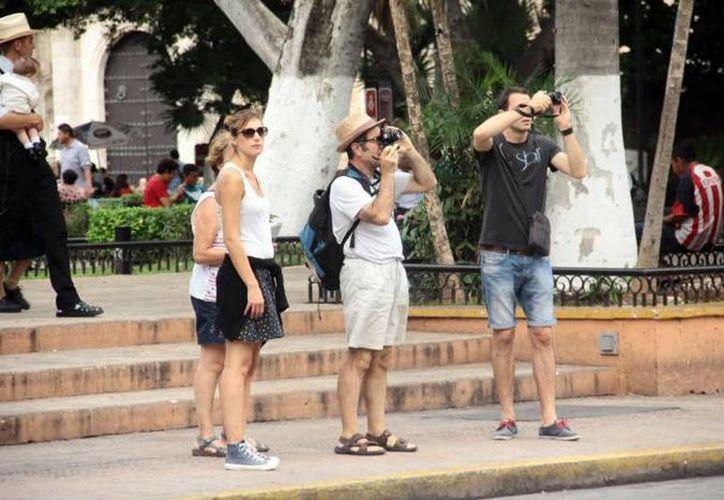 En la aplicación móvil se puede consultar información acerca de Pueblos Mágicos, de los Sitios Patrimonio, Turismo Cultural y de Naturaleza, así como información de ferias y eventos. Imagen de contexto un grupo de turistas en la Plaza grande de Mérida. (Archivo/SIPSE)