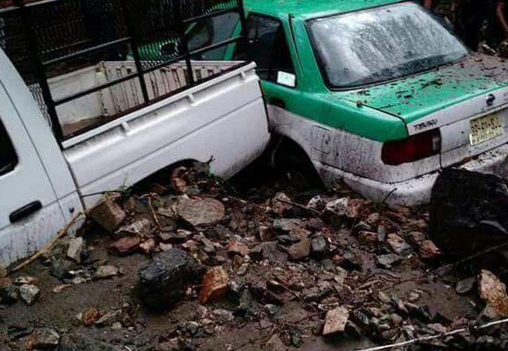 La lluvia arrastró grandes cantidades de piedra y lodo que remolcaron automóviles. (Foto: Agencia/ADN)