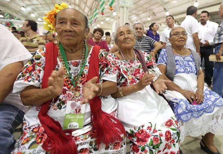La Fundación Mamas Sanas' desarrolló un folleto informativo sobre el cáncer de mama, en lenguas indígenas, para generar conciencia entre las mujeres de ese sector de la población. En la imagen de contexto, mujeres mayas de Yucatán. (Archivo/Notimex)