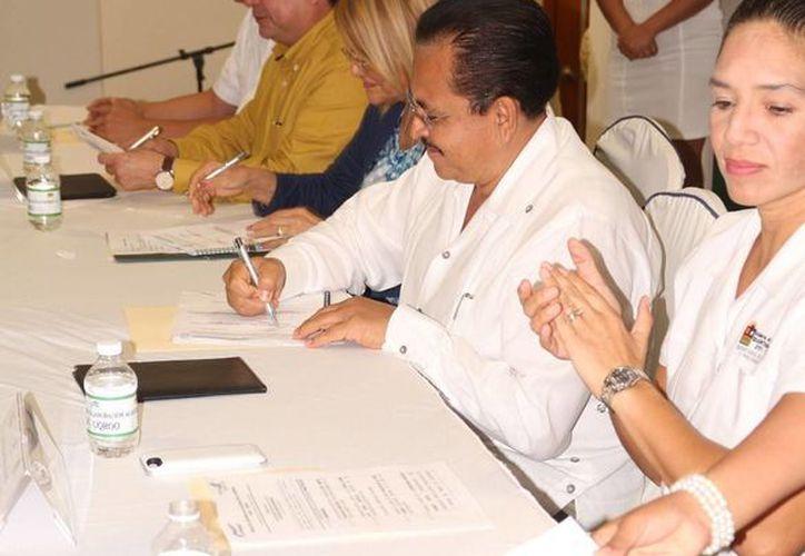 La CROC y la Uqroo firmaron ayer un convenio de colaboración para capacitar a trabajadores que integran a dicho sindicato. (Adrián Barreto/SIPSE)