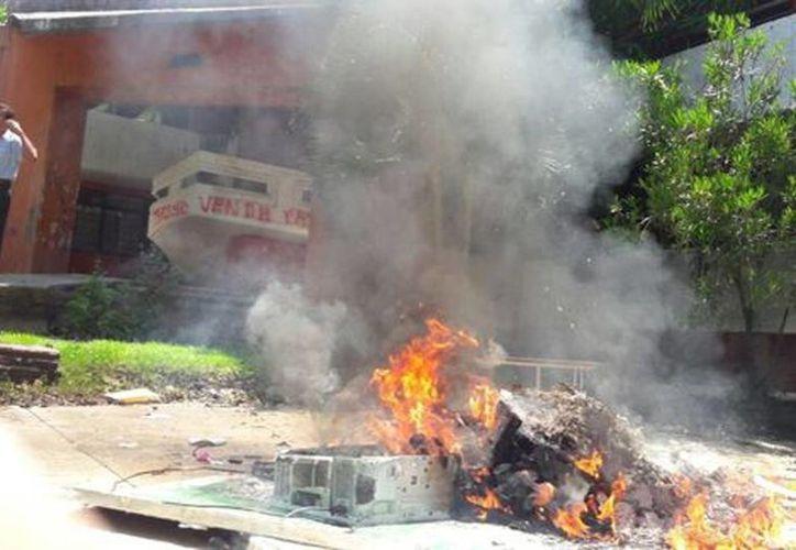 Los maestros quemaron mobiliario del SNTE. (Javier Trujillo/Milenio)