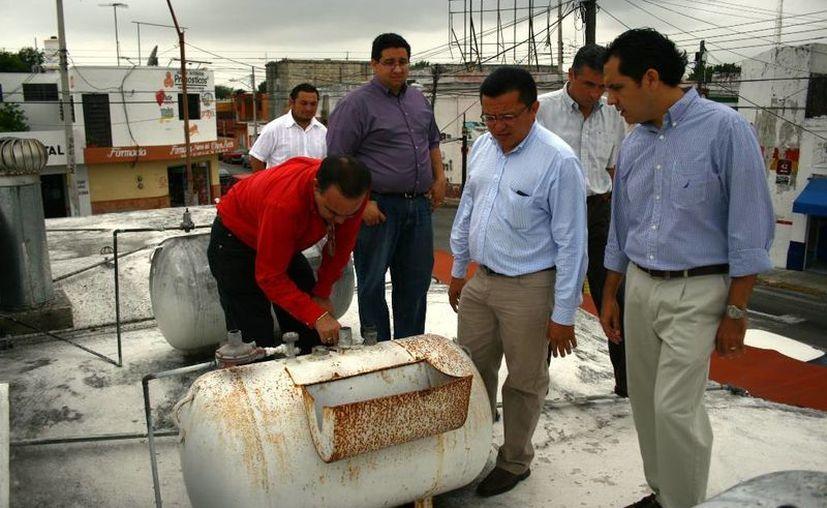 Regidores durante el recorrido de supervisión de instalaciones en mercados de Mérida. (SIPSE)