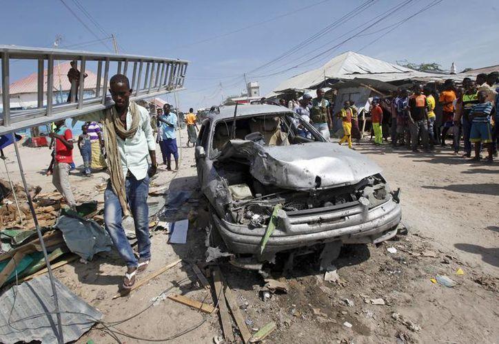 El atentado del coche bomba se dio mientras cientos de personas se encontraban comprando en el mercado de la capital de Somalia.(Farah Abdi Warsameh/AP)