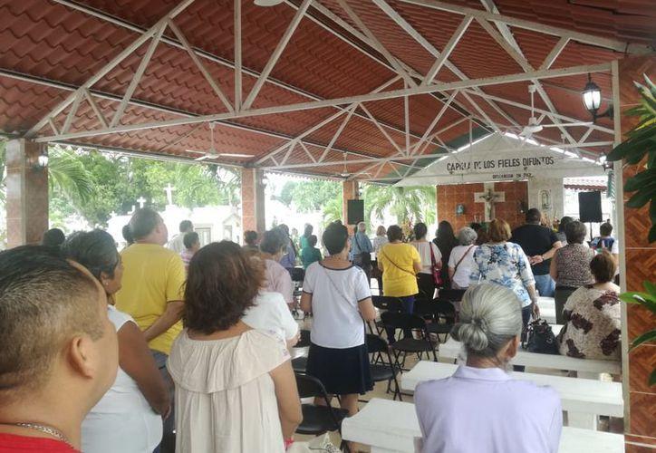 Los asistentes participaron en la misa que ofreció el diácono Enrique Trujillo, quien pidió por el descanso eterno de los difuntos. (Joel Zamora/SIPSE)