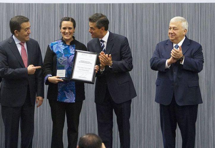 """Peña Nieto entregó el Premio Nacional del Emprendedor 2014, en la categoria de""""Mujer Emprendedora"""" a Marta Zepeda Trujillo.  (Notimex)"""