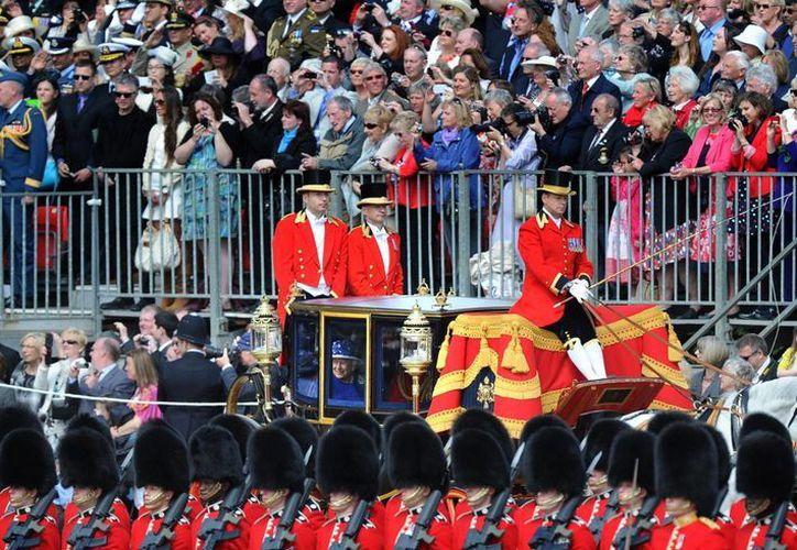 La reina Isabel II estuvo acompañada por su primo, el duque de Kent, en el carruaje real. (Agencias)