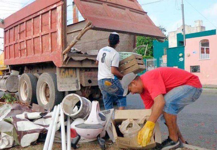 La descacharrización es una de las acciones implementadas por el Gobierno para contrarrestar el dengue. (Archivo/SIPSE)