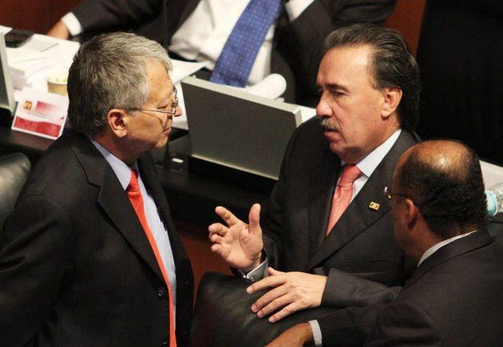 Emilio Gamboa Patrón (d) declaró que la reforma energética canalizará recursos excedentes a rubros específicos. (Notimex)