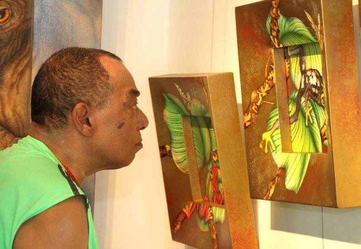 """La mayoría de los visitantes a las galerías son de origen extranjero, son pocos los mexicanos que consumen arte, apunta  la directora de la galería """"Luis Sottil"""", Emilie Duclax.  (Adrián Monroy/SIPSE)"""