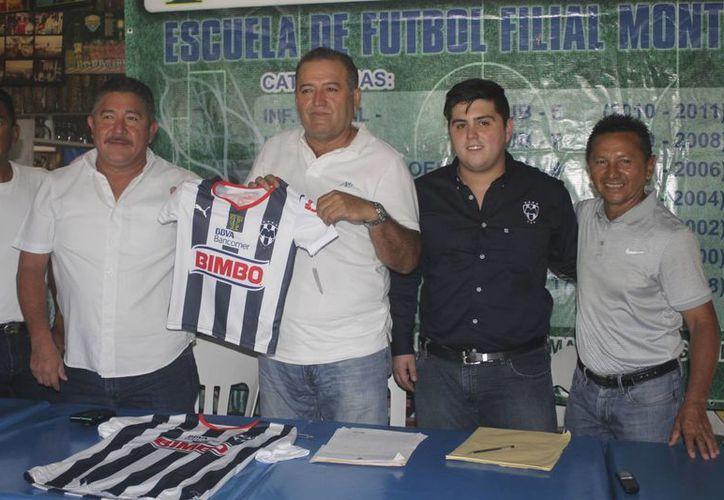 Durante una conferencia de prensa se firmó el convenio. (Raúl Caballero/SIPSE)