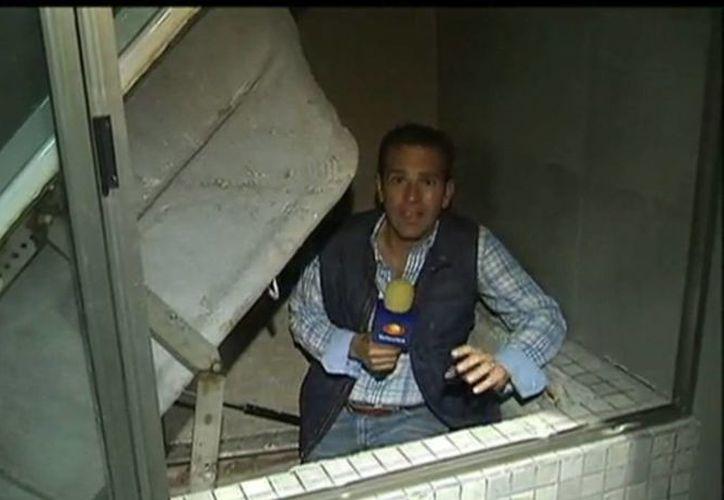 El periodista Carlos Loret de Mola, de Televisa, fue el primero en recorrer el camino de la 'fuga' de El Chapo Guzmán; después, cientes de corresponsales extranjeros han hecho lo mismo. (Captura de pantalla)