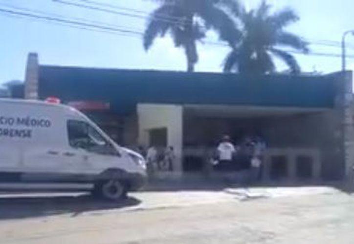 El cuerpo del fallecido quedó a las afueras de la clínica. (SIPSE)