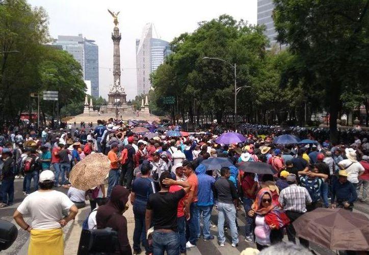 Manifestación de maestros sobre los carriles centrales de la avenida Paseo de la Reforma. (Foto: Noticieros Televisa)