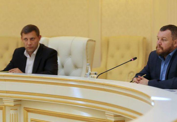 Alexander Zakharchenko (i) y Andrei Purgin, líderes de los rebeldes prorrusos en Donetsk, Ucrania, dialogan con autoridades ucranianas sobre un acuerdo de cese al fuego. (Foto: AP)