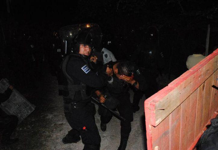 Uno de los policías fue herido en la frente con una piedra. (Eric Galindo/SIPSE)