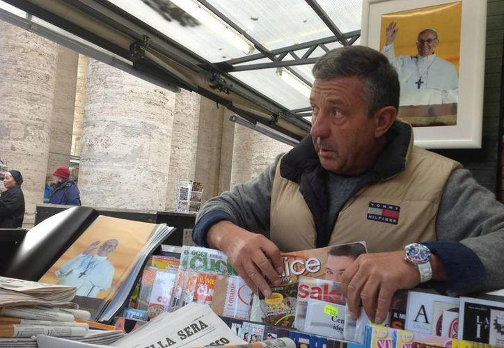 A pocas horas de su elección, imágenes de Francisco ya llenaban los comercios en Roma. (Notimex)