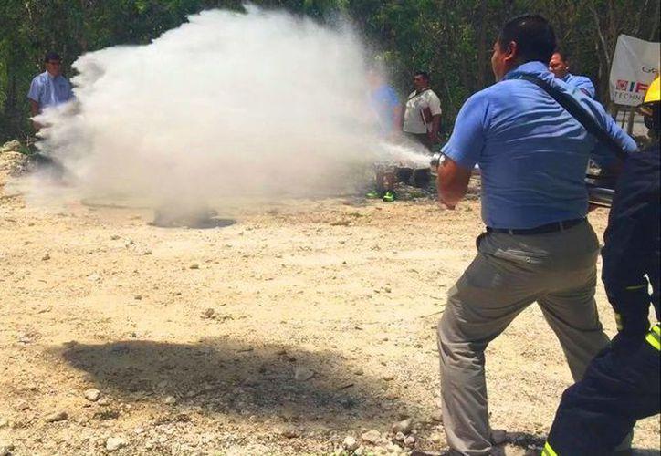 Los especialistas en prevención realizaron demostraciones de situaciones reales para activar los equipos. (Daniel Pacheco/SIPSE)