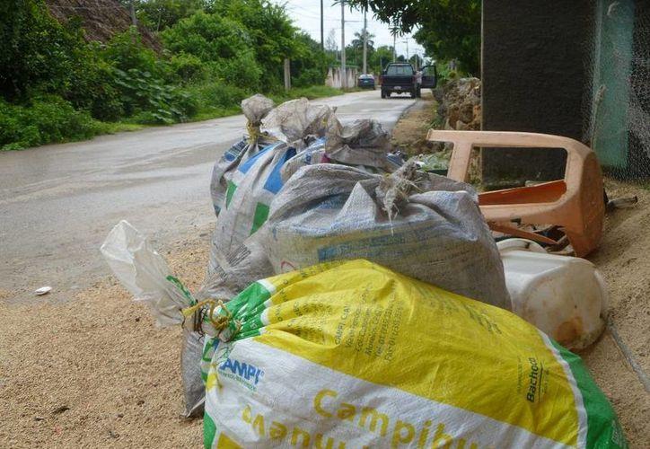 Montones de basura se acumulan frente a los domicilios de la colonia Miguel Borge Martín. (Raúl Balam/SIPSE)