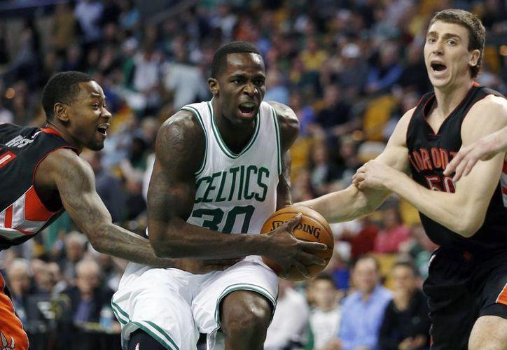 Por tercera vez en la historia de la NBA, habrá un partido de este torneo en México, en diciembre, entre Celtics de Boston y Kings de Sacramento. En la foto, Brandon Bass, de Celtics, se quita la marca de Terrence Ross, de Raptors de Toronto. (Foto: AP)