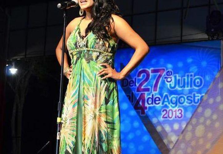 La ganadora Cecilia Ivette Gómez Cruz dando un discurso. (Archivo/SIPSE)